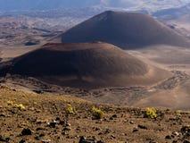 Två vulkaniska kottar Arkivbild