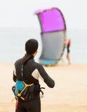 Två vuxna människor med kiteboardon på stranden Royaltyfri Fotografi