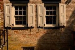 Två Windows av tegelstenbyggnad Royaltyfri Fotografi