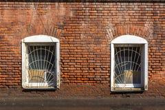 Två Windows i den gamla tegelstenbyggnaden royaltyfria foton