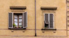Två Windows i Tuscany Royaltyfri Foto