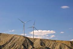Två Windturbiner på back Arkivfoton