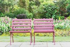 Två wood stolar på gräset Arkivfoto