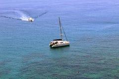 Två yachter för det vita havet i staden härbärgerar nära kusten Antalya, Turkiet Royaltyfri Foto