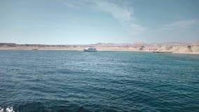 Två yachter som står mot bakgrunden av öknen i Egypten Fiske eller dykning lager videofilmer