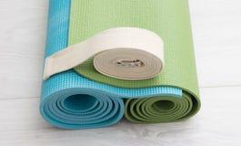 Två yogamats och bälte Arkivfoton