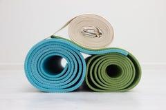 Två yogamats och bälte Royaltyfri Foto