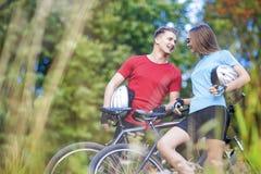 Två yrkesmässiga cykla idrottsman nen som tillsammans utomhus står intelligens Royaltyfri Fotografi