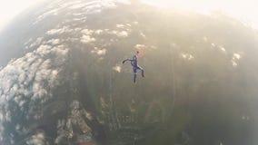 Två yrkesmässiga skydivers hoppar från flygplannedgång i molnig himmel Jämvikt arkivfilmer