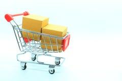 Tvådelat av bruna askar i shoppingvagnen Royaltyfria Bilder