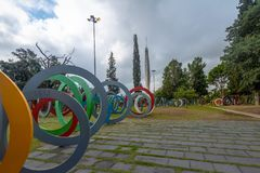 Tvåhundraårsdag fyrkantiga Plaza del Bicententario med cirklar som berättar historien av Argentina - Cordoba, Argentina royaltyfri fotografi