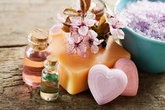 Tvål-, handduk- och blommasnowdrops Arkivfoto