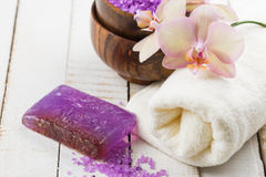 Tvål-, handduk- och blommasnowdrops Blommor, salt hav och handduk på vit träbackgr Royaltyfri Bild