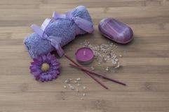 Tvål-, handduk- och blommasnowdrops blommor stearinljus som är aromatiska saltar, soap Arkivbild