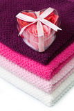 Tvål skummar ro i hjärta-formad boxas på badlakan Royaltyfria Bilder