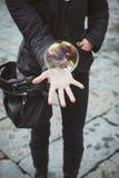 Tvålboll i min hand Arkivbild