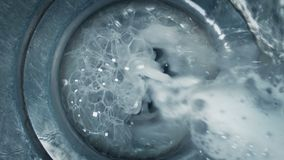 Tvåliga vattenkörningar ner vaskmakroskott stock video