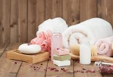 Tvålstänger, handdukar, tester Kroppomsorgsats Torkade rosa Petals Arkivfoto