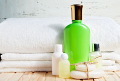 Tvålstång och flytande Schampo dusch stelnar, lotion Handdukar Spa sats Royaltyfria Bilder
