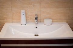 Tvålvätskevitt modernt badrum arkivfoton