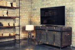 TV στο εσωτερικό στο αναδρομικό ύφος στο στήθος στοκ φωτογραφία με δικαίωμα ελεύθερης χρήσης