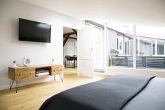 TV και γραφείο στο διαμέρισμα στοκ φωτογραφίες με δικαίωμα ελεύθερης χρήσης