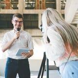TV Μέσων Μαζικής Επικοινωνίας δημοσιογραφίας ειδήσεων Anchorman Στοκ εικόνες με δικαίωμα ελεύθερης χρήσης
