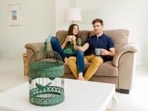 TV προσοχής και καφές κατανάλωσης Στοκ εικόνες με δικαίωμα ελεύθερης χρήσης
