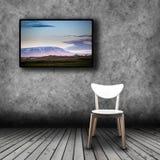 TV πλάσματος στον τοίχο του δωματίου με την κενή καρέκλα Στοκ Εικόνα