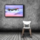 TV πλάσματος στον τοίχο του δωματίου με την κενή καρέκλα Στοκ φωτογραφία με δικαίωμα ελεύθερης χρήσης