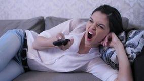 Γυναίκα που προσέχει τη TV φιλμ μικρού μήκους
