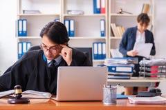 Tv? advokater som arbetar i kontoret royaltyfria foton