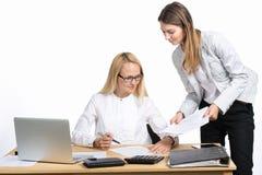 Två affärskvinnor som talar och undertecknar dokumentet Royaltyfri Fotografi