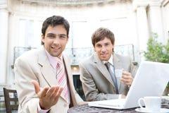 Affärsmanar som möter i cafe. Royaltyfri Fotografi