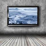 TV al plasma sulla parete della stanza fotografia stock libera da diritti