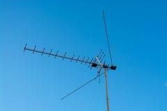 TV antena na niebieskiego nieba tle Zdjęcia Royalty Free