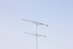 TV-antenne met de hemel Royalty-vrije Stock Afbeeldingen
