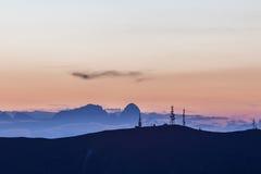 TV-antennes met dolomitic silhouet als achtergrond z Royalty-vrije Stock Fotografie
