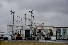 TV-antennes op dak Stock Afbeelding