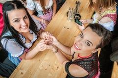 Två attraktiva kvinnor på Oktoberfest med Royaltyfri Fotografi