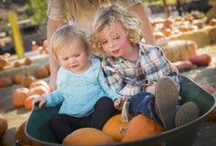 Två barn tycker om en dag på pumpalappen Royaltyfri Bild