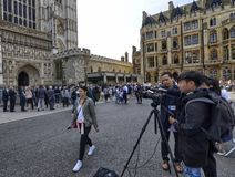 TV-bemanning voor de abdijingang wordt geplaatst van de Abdij die van Westminster royalty-vrije stock afbeeldingen