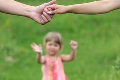 Två beväpnar av vänner och ung dotter Royaltyfria Bilder