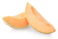 Två cantaloupmelonmelonskivor på vit Royaltyfri Foto