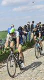Två cyklister på Paris Roubaix 2014 Royaltyfri Fotografi