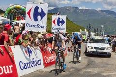 Två cyklister på sänkan de Val Louron Azet Arkivbilder