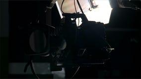 TV-de camera op een kraan maakt een draai stock videobeelden