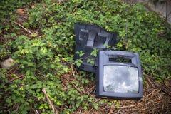 TV destruida y abandonada en un vertido ilegal Fotografía de archivo libre de regalías