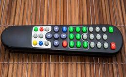 TV a distanza sugli ambiti di provenienza di legno Fotografie Stock