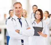 Två doktorer i sjukhus Arkivbilder